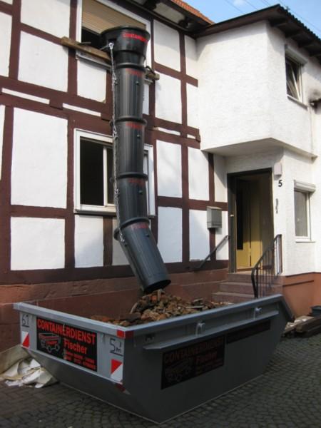 Entsorgung von Schüttgut durch Schuttrutsche und Container